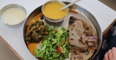 Indischer Thali mit Okra, Brot, Salat und Joghurt